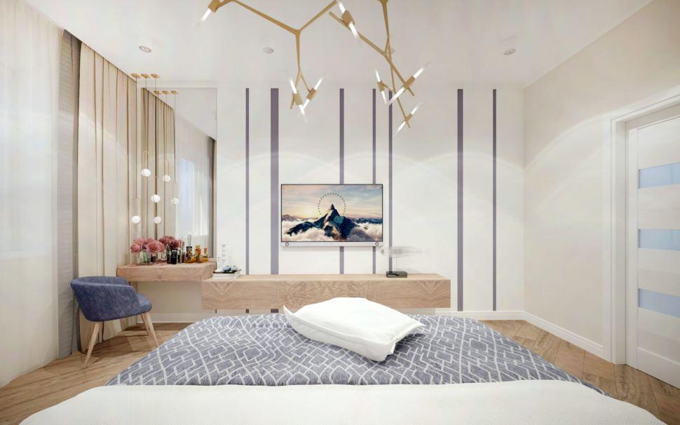 Дизайн спальни в теплых тонах с синими акцентами, люстра, синее кресло, тумба под ТВ, телевизор