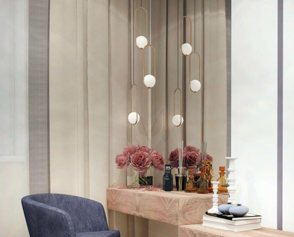 Спальня в теплых пастельных тонах 17 кв.м, синее кресло, зеркало, туалетный столик