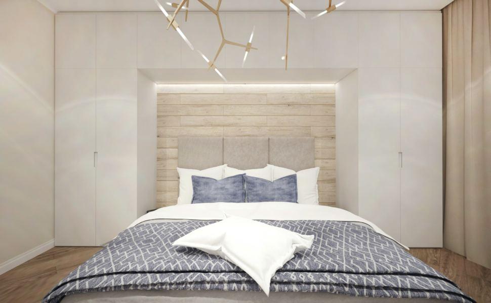 Спальня 17 кв.м в бежевых тонах, кровать, белая система хранения, люстра, текстиль сложного синего цвета