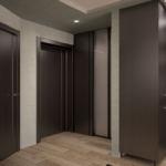 Визуализация коридора в темных тонах 9 кв.м, черный шкаф-купе, бежевый паркет, светильники, гардеробная