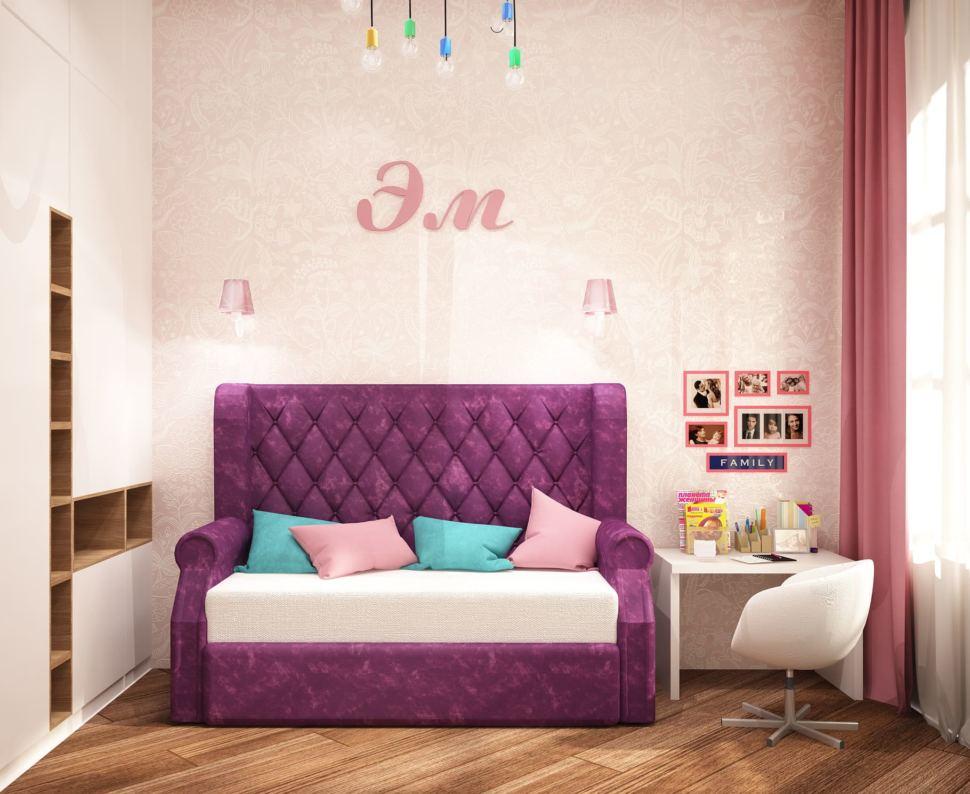 Дизайн интерьера детской комнаты для девочки 13 кв.м с нежными бежевыми оттенками в сочетании с бирюзовыми акцентами, розовый диван, белая тумба