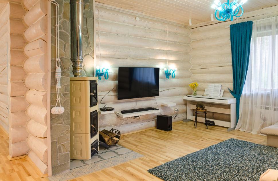 интерьер гостиной в стиле прованс с акцентами, портьеры, телевизор, ковер, брус, бирюзовая люстра