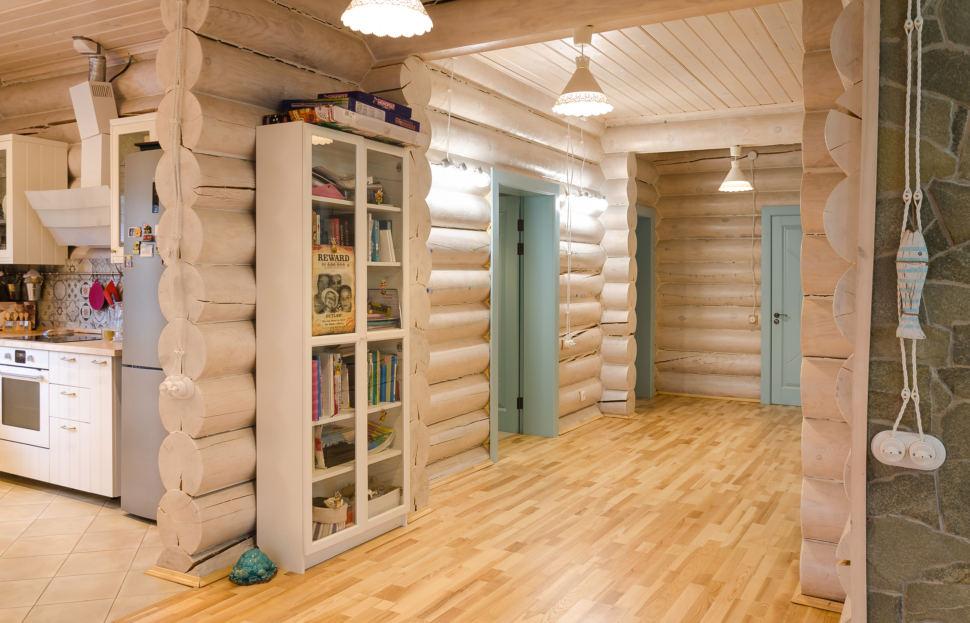 интерьер кухни в стиле прованс, подвесные светильники, стулья, сервант, межкомнатные двери, подвесные светильники