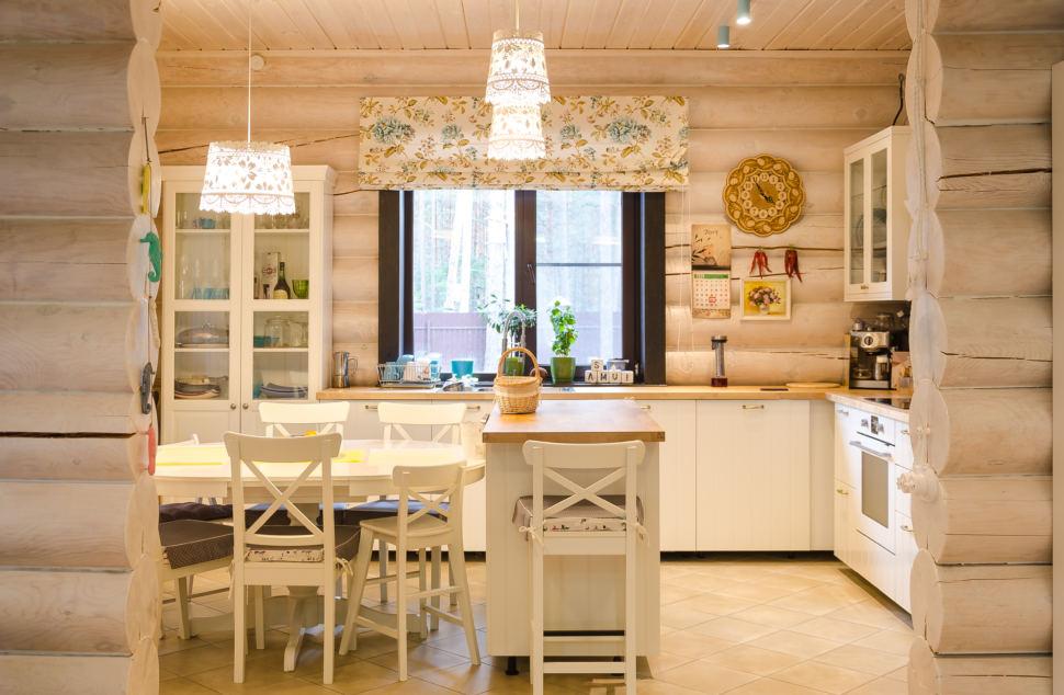 дизайн кухни в стиле прованс, подвесные светильники, стулья, сервант, портьеры, декор, текстиль с орнаментом