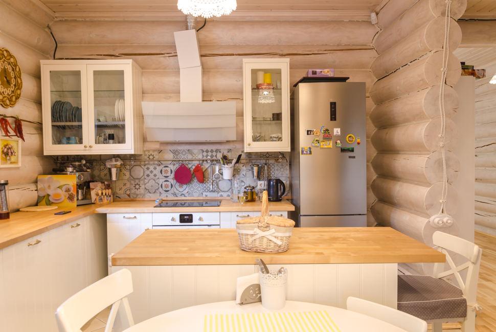 интерьер кухни в стиле прованс, подвесные светильники, стулья, сервант, холодильник, деревянная столешница