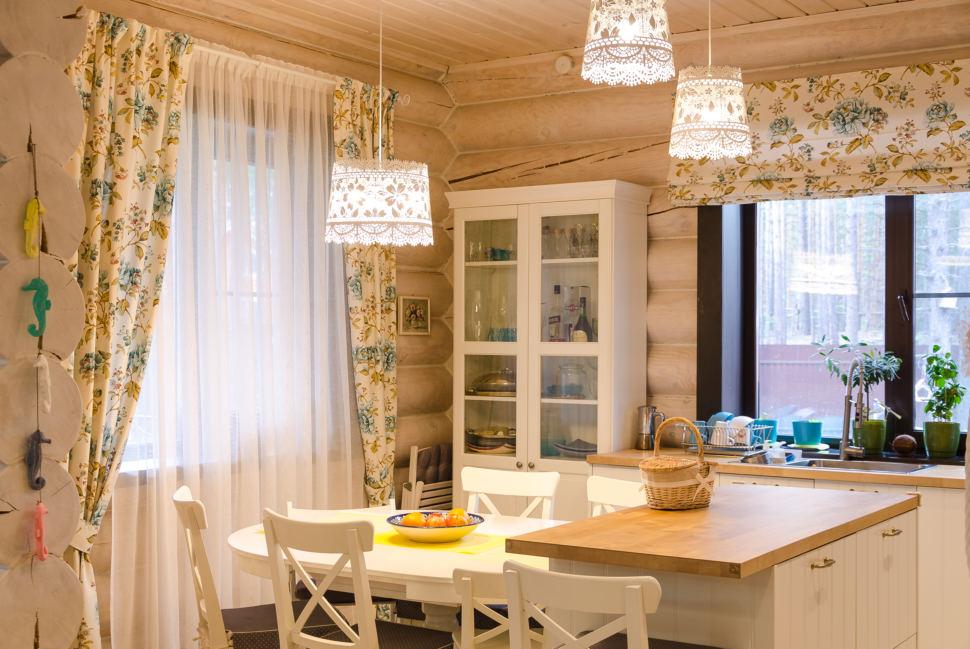 интерьер кухни в стиле прованс, подвесные светильники, стулья, сервант, портьеры, бревна, кухонный остров