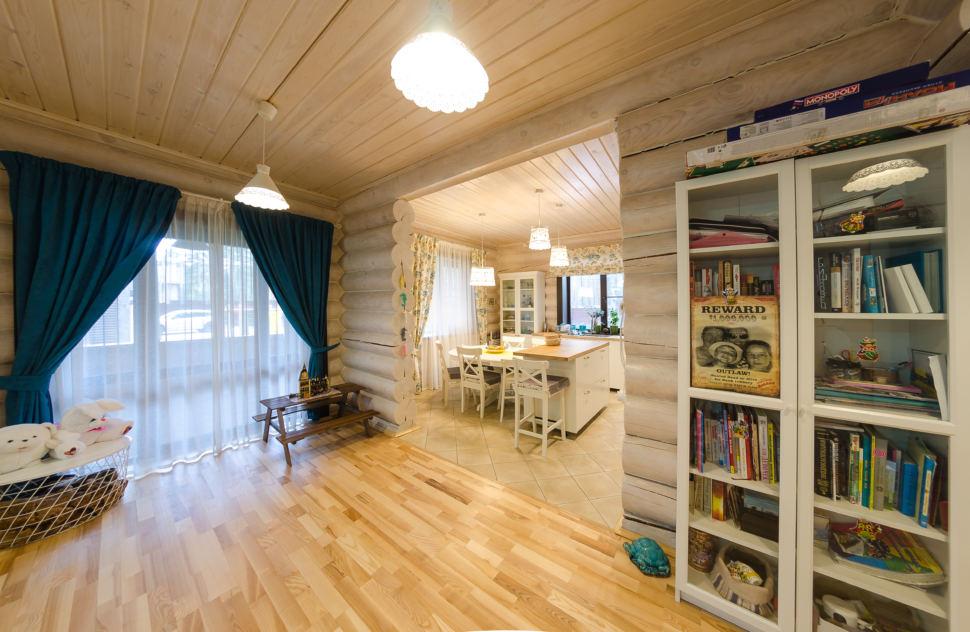 интерьер гостиной в стиле прованс, акцентные портьеры, столик, стеллаж, стол, подвесные светильники
