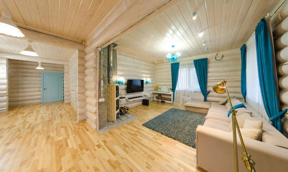 фотография гостиной в стиле прованс, акцентные портьеры, светлый диван, телевизор, бирюзовая дверь