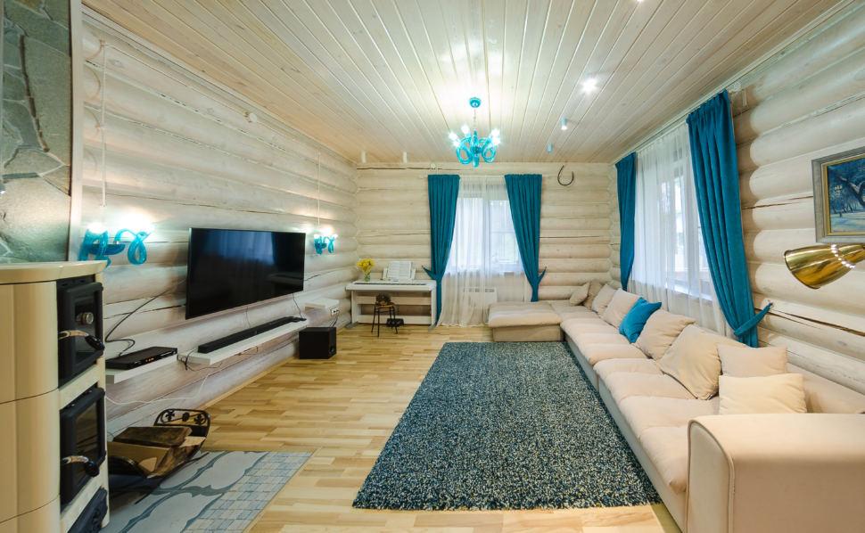 дизайн гостиной в стиле прованс, акцентные портьеры, светлый диван, телевизор, открытая полка, бревна