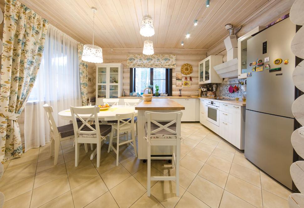 фото интерьера в стиле прованс, брус, стол, стулья, кухонный гарнитур белый, портьеры с рисунком