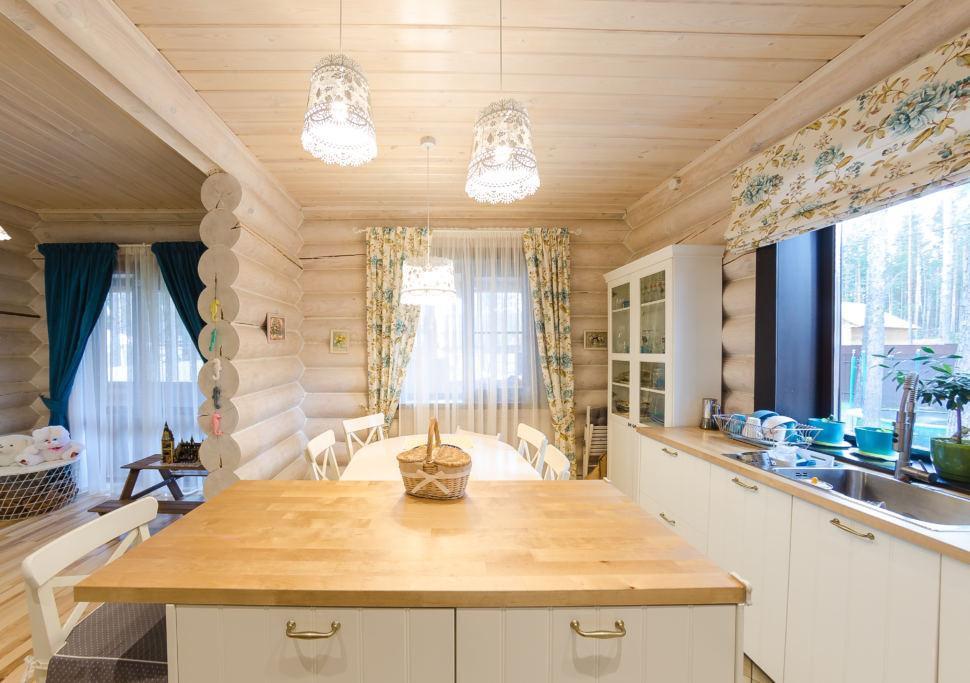 Дизайн кухни в стиле прованс, подвесные светильники, кухонный остров, кухонный гарнитур