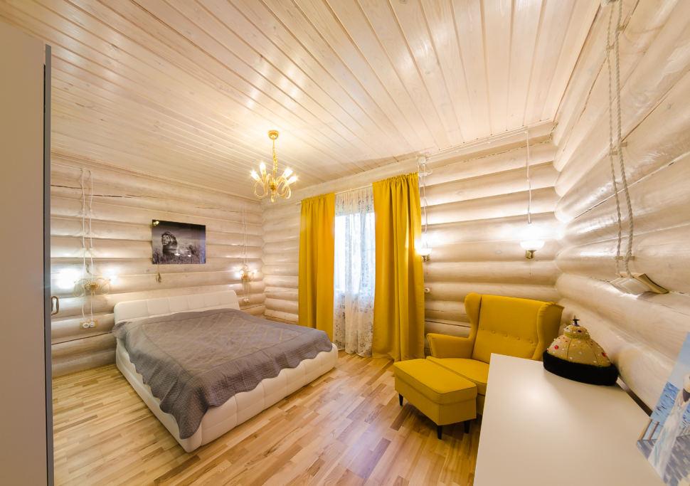 Дизайн спальни в стиле прованс, желтые акценты, кровать, серый текстиль, желтое кресло, пуфик