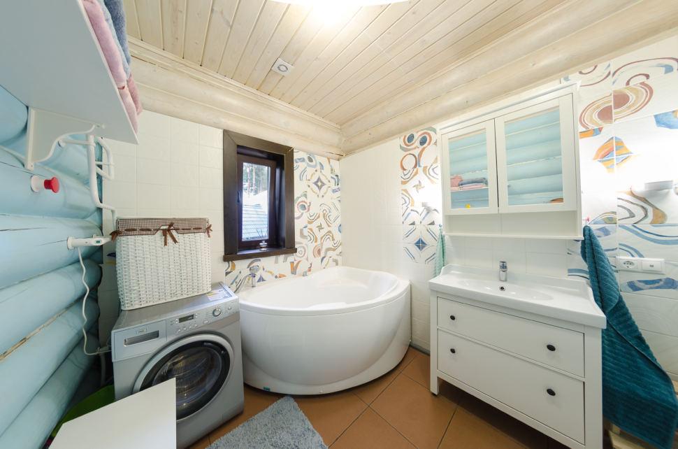 фотография ванны в стиле прованс в голубых оттенках, бревна, дверь, ванна, стиральная машина, орнамент