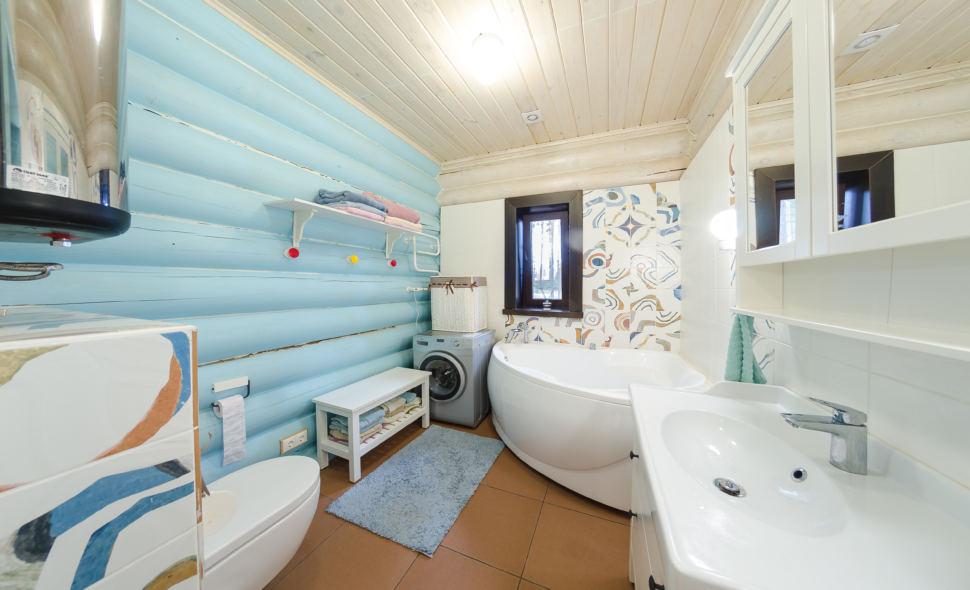 фотография ванны в стиле прованс в голубых оттенках, бревна, дверь, ванна, полка, окно