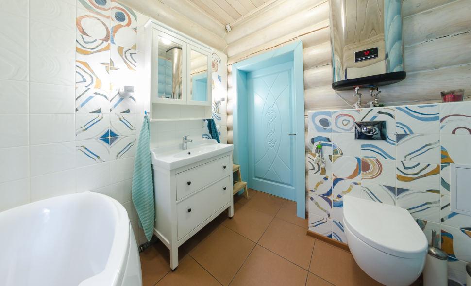 Дизайн ванны в стиле прованс в голубых тонах, бревна, дверь, ванна, санузел, инсталляция