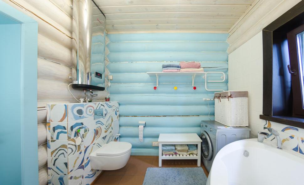 фотография ванны в стиле прованс в голубых оттенках, бревна, стиральная машина, ванна, санузел, акцентная стена, окно, дверь