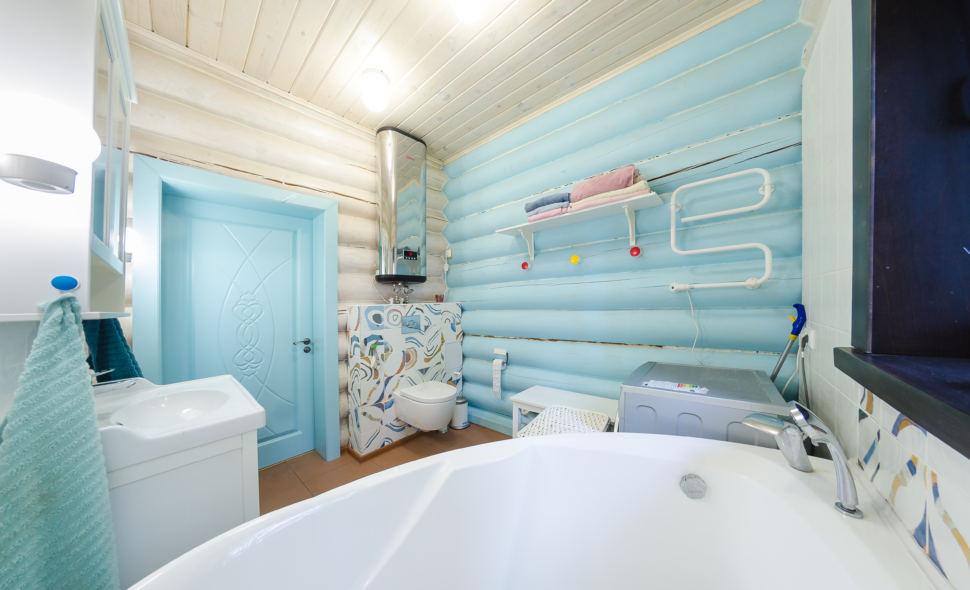 фотография ванны в стиле прованс в голубых оттенках, бревна, дверь, ванна, санузел, голубая стена