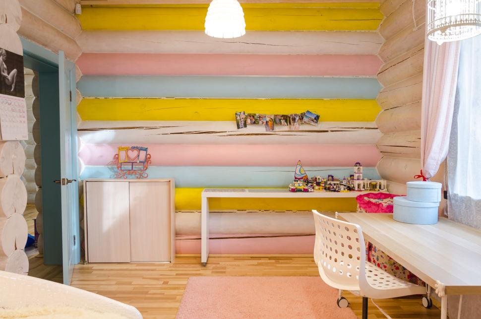интерьер детской в стиле прованс, разноцветная стена, рабочий стол, подвесные светильники, акцентная стена, игрушки