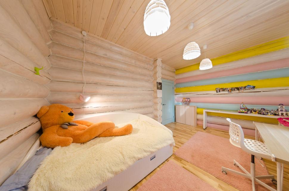 интерьер детской в стиле прованс, рабочий стол, кушетка, подвесные светильники, акцент, игрушки, разноцветная стена