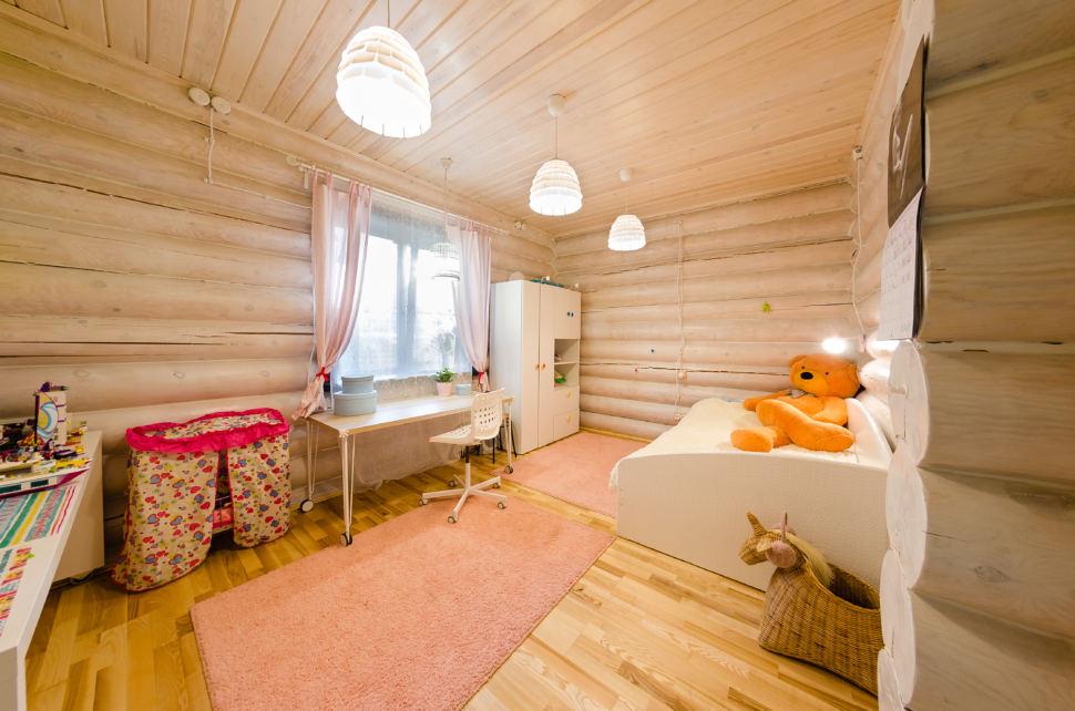 интерьер детской в стиле прованс, рабочий стол, кушетка, подвесные светильники, бревна, стул