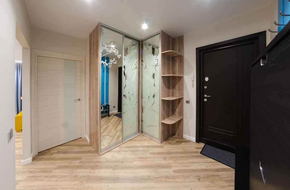 Дизайн прихожей и коридора в бежевых тонах, шкаф с зеркалом,  обувница темная, галошница