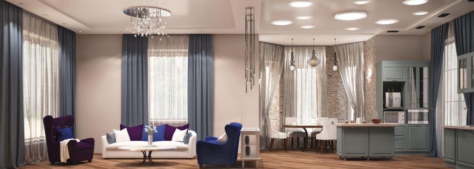 Дизайн гостиной 27 кв.м с синими оттенками, диван, кресло, закрытая консоль, люстра, синие портьеры