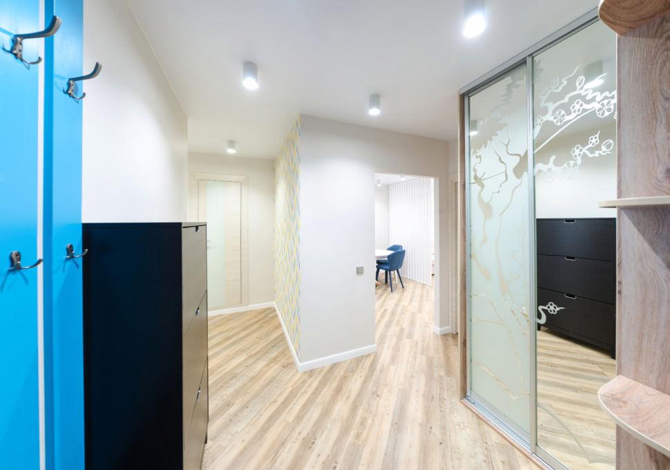 Фото дизайна интерьера, шкаф с зеркалом, прихожая, двери, галошница, акцентные бирюзовые полосы