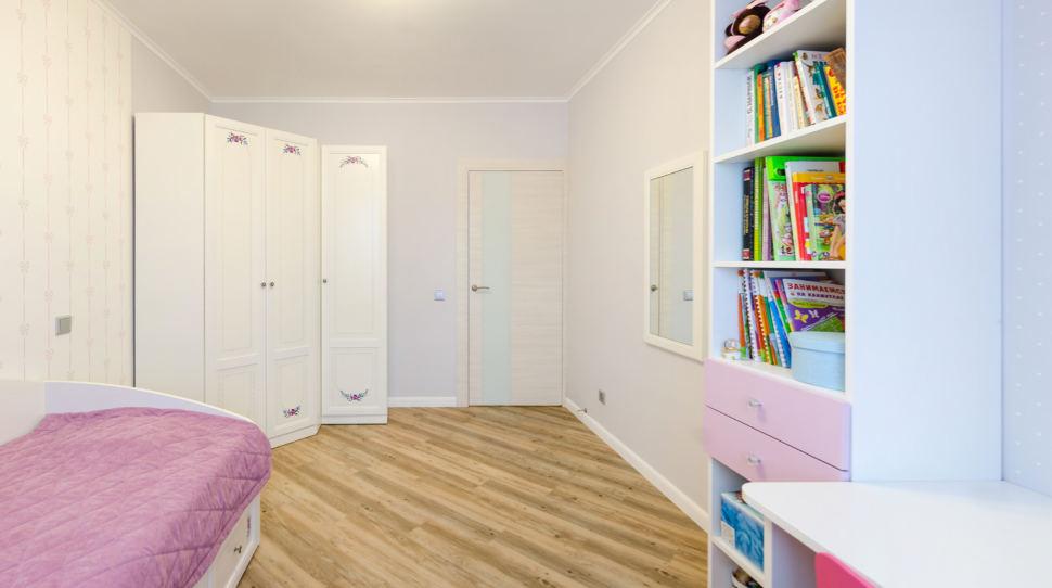 Дизайн кухни - гостиной, бежевый диван, акцентная портьера, окрашенный кирпич, орнамент, трафарет