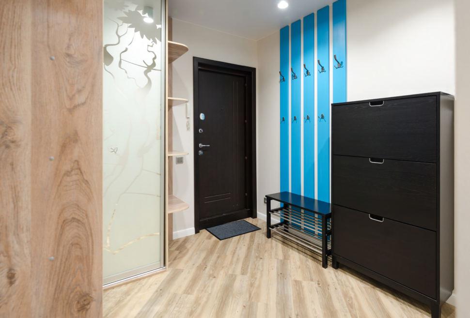 Дизайн кухни - гостиной, кухонный гарнитур бежевого цвета, стол, фартук, керамическая плитка, мягкие синие стулья
