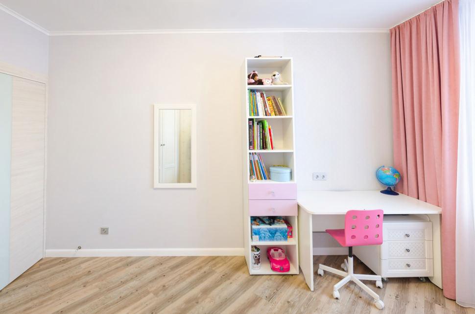 Дизайн кухни - гостиной, фронт кухонного оборудования, серый холодильник, бежевый фартук, керамическая плитка