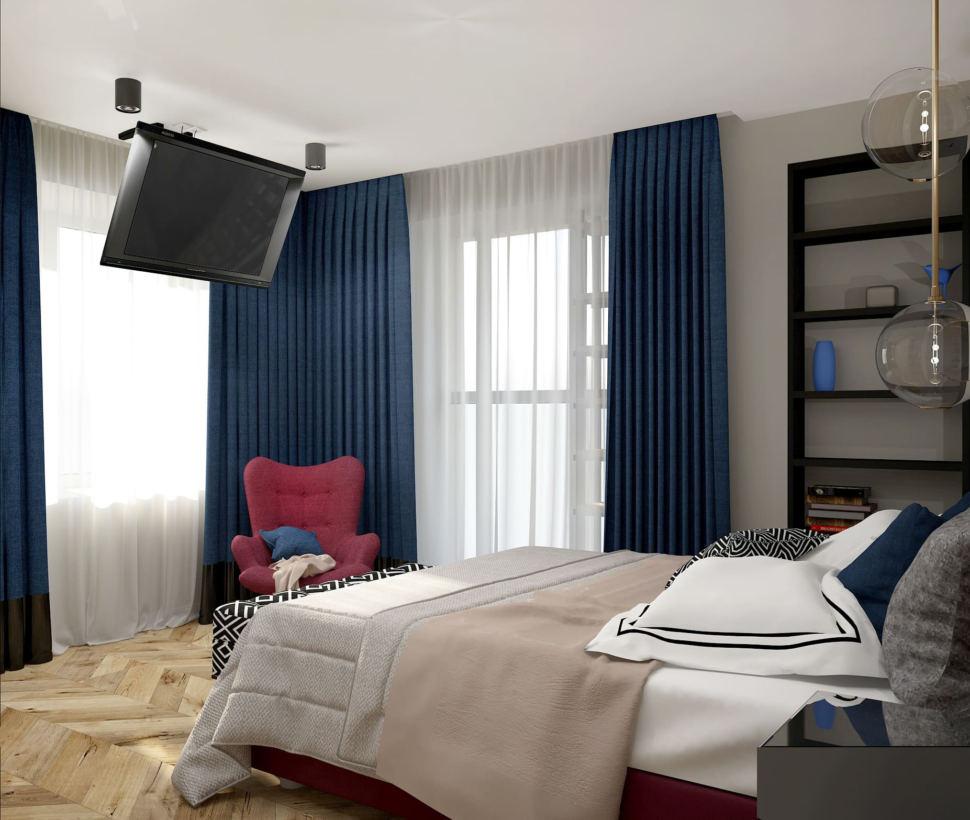 Интерьер спальни в синих и бордовых тонах 16 кв.м, кровать, телевизор, бордовое кресло, синие портьеры