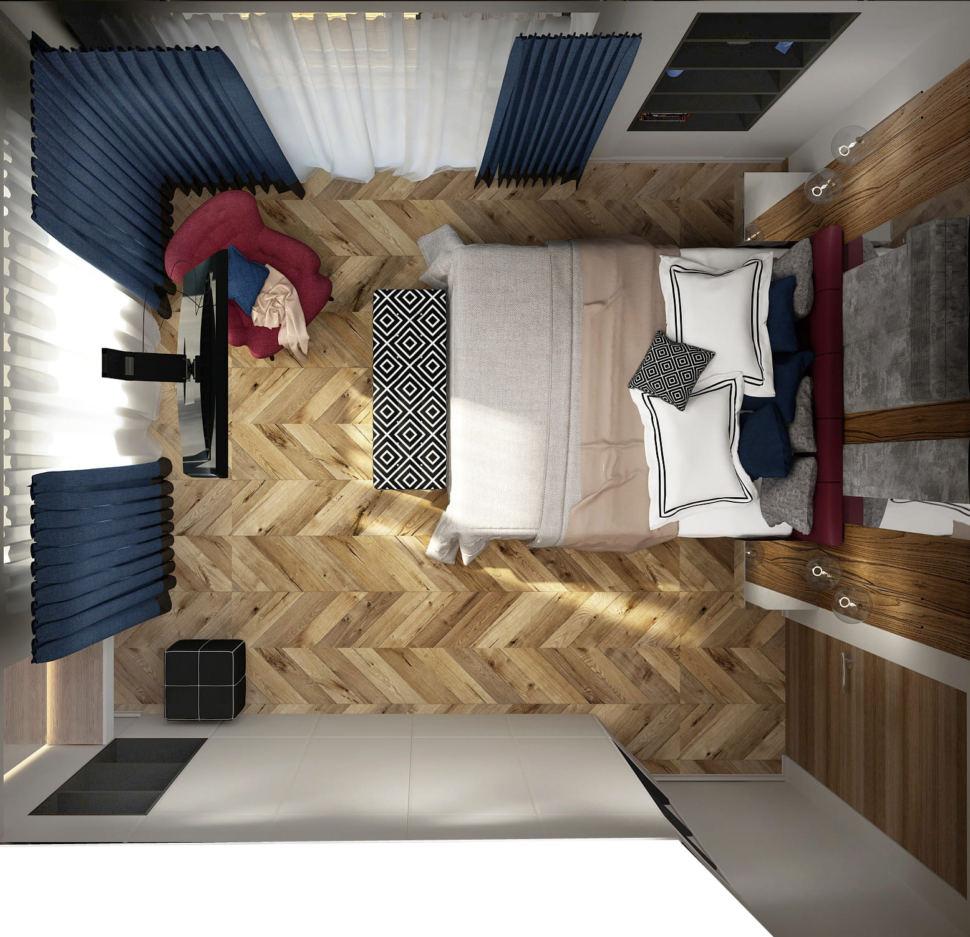 Дизайн интерьера спальни 16 кв.м в 4-х комнатной квартире с древесными оттенками, банкетка, бордовое кресло, синие портьеры, белый шкаф
