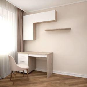 Интерьер гостиной 24 кв.м в бежевых и белых тонах, белые подвесные полки, рабочий стол, бежевое кресло