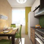 Визуализации кухни 16 кв.м в песочных оттенках с изумрудными акцентами, зеленные стулья, стол, кухонный фартук, вытяжка, холодильник, люстра