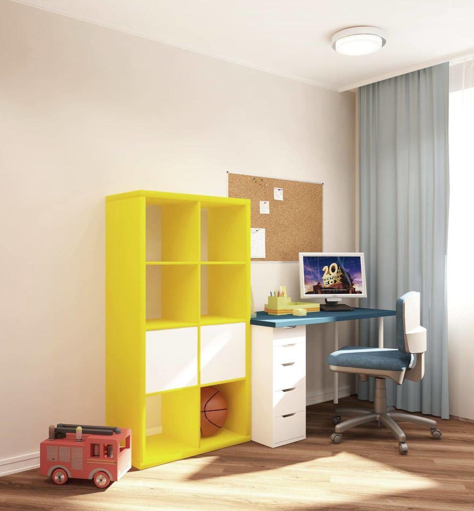 Визуализация детской комнаты 18 кв.м в бежевых и синих тонах, синие портьеры, стол, желтый стеллаж, кресло, ламинат, светильники