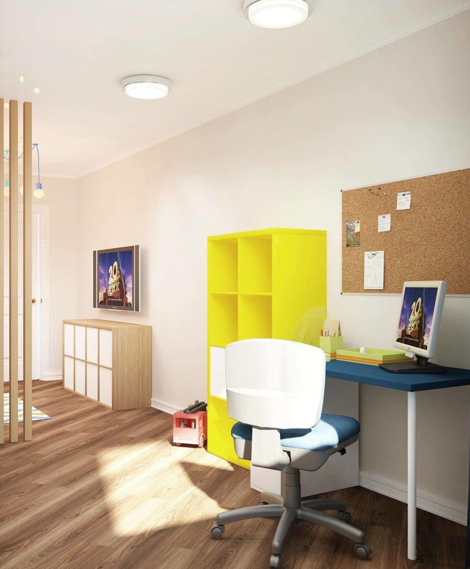 Интерьер детской комнаты 18 кв.м в желтых тонах, желтый стеллаж, стол, синие кресло, потолочные светильники, ламинат