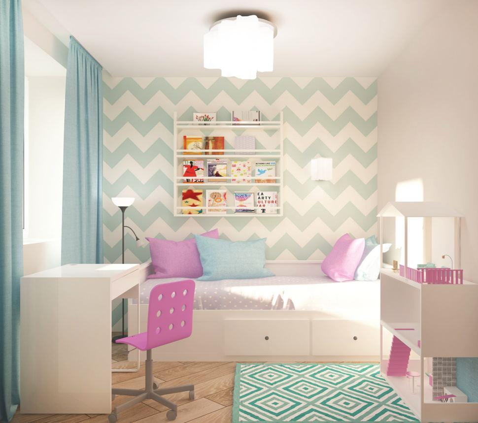Дизайн спальни девочки 7 кв.м в нежных оттенках, обои, белый стол, кровать, кукольный домик, люстра, портьеры