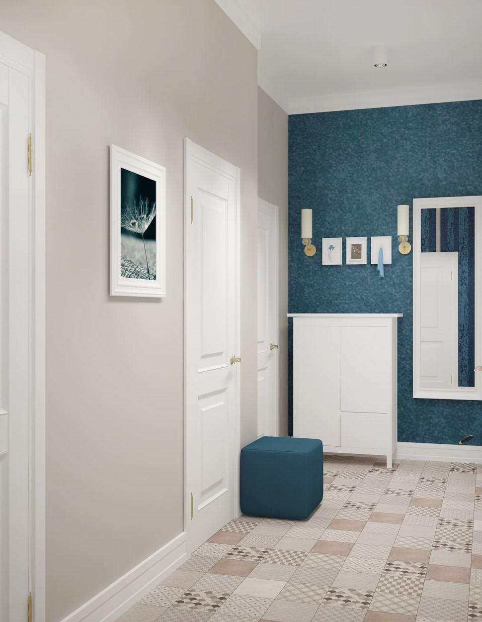 Дизайн прихожей 7 кв.м в бежевых тонах с синими акцентами, пуфик, керамическая плитка, декоративные обои, зеркало, потолочные светильники, галошница