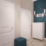 Проект прихожей 7 кв.м в бежевых тонах с синими акцентами, синий пуфик, керамическая плитка, обои, декор, бра, белая галошница