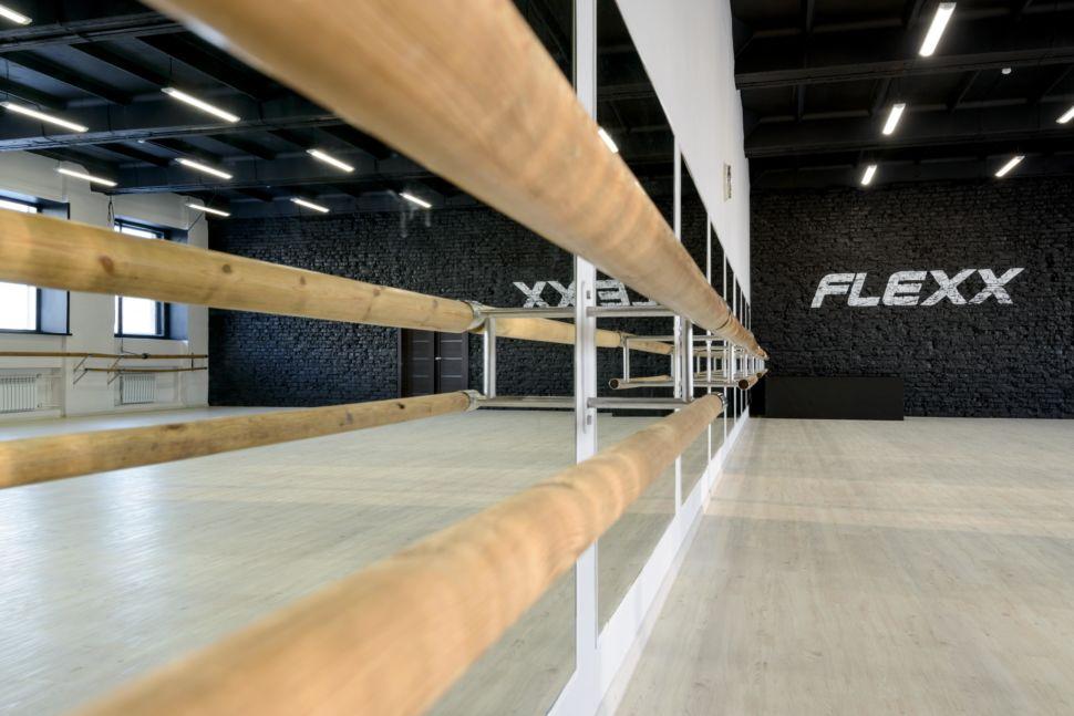 Фотография танцевального зала 210 кв.м, черный крашеный кирпич, белый логотип, зеркала, черный потолок, подвесные светильники