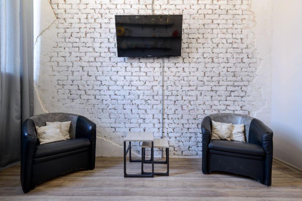 Реализация зоны отдыха 13 кв.м  в стиле лофт, кирпич окрашенный в белый цвет, кожаное кресло, светильники