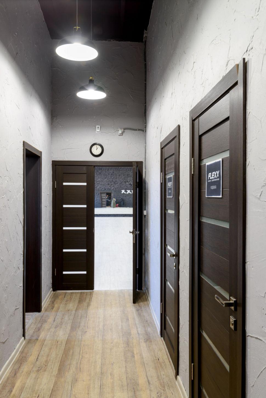 Фотография интерьера коридора 9 кв.м в стиле лофт, серые оттенки, темные межкомнатные двери, черный потолок