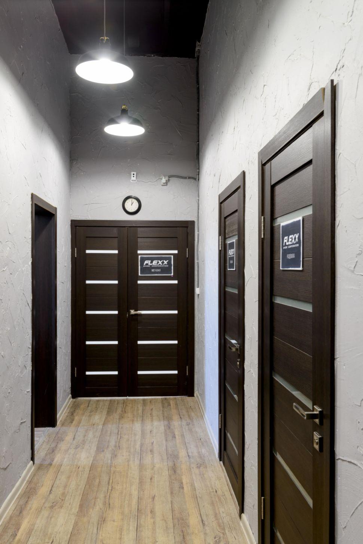 Фотография интерьера коридора 9 кв.м в стиле лофт, серые оттенки, темные межкомнатные двери, светильники, часы