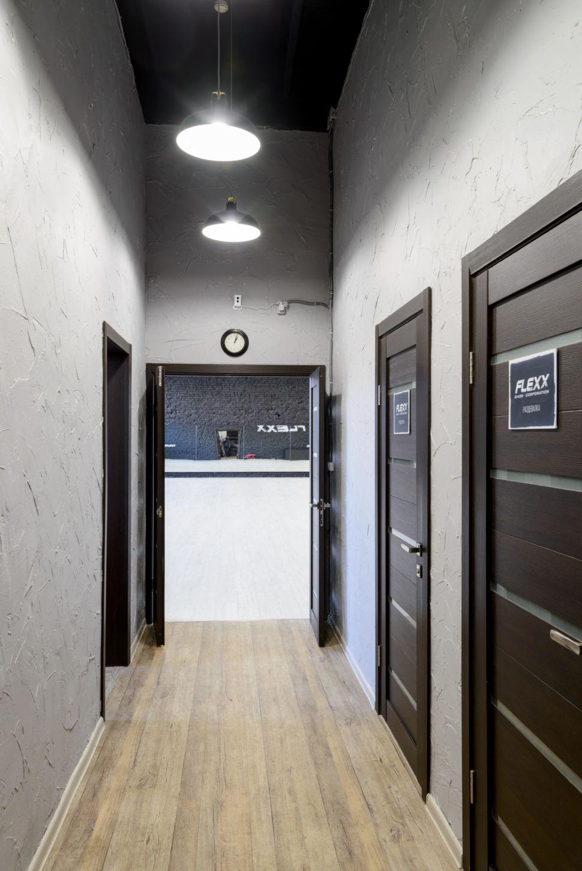 Фотография интерьера коридора 9 кв.м в стиле лофт, серые оттенки, темные межкомнатные двери, светильники