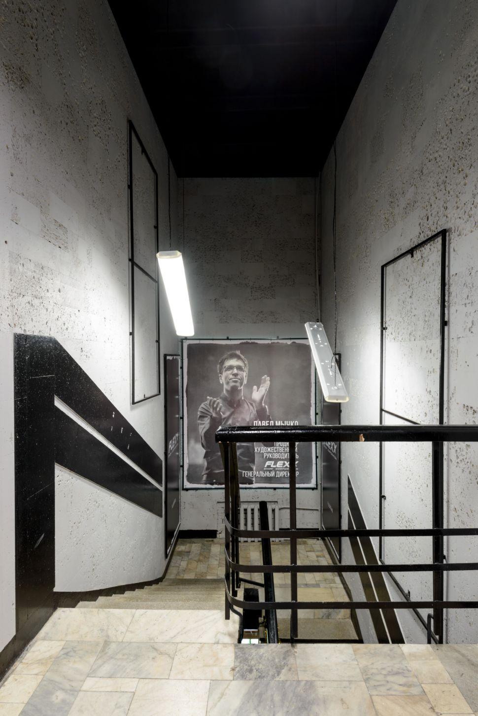 Фотография лестничной клетки 56 кв.м танцевальной студии, керамическая плитка, фотографии, черные акценты, подвесные светильники