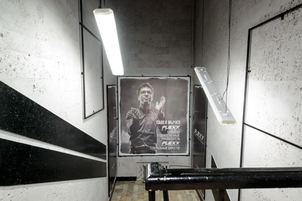 Фотография интерьера коридора 56 кв.м в стиле лофт, серые оттенки, фотографии, черные акценты, подвесные светильники