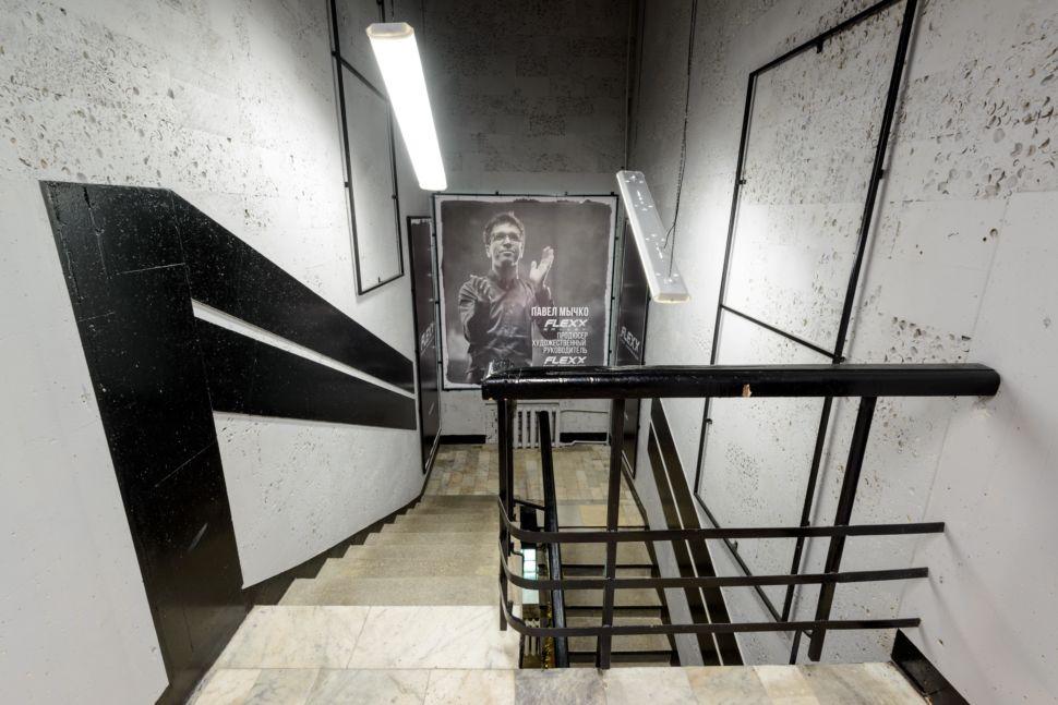 Фотография интерьера коридора 56 кв.м в стиле лофт, серые оттенки, фотографии, черные акценты, перила лестницы