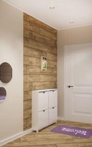 Интерьер прихожей-коридора 14 кв.м в лавандовых тонах, элементы декора, пвх плитка, белая галошница, потолочные светильники
