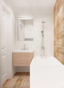 Интерьер ванной комнаты 3 кв.м в белых и древесных тонах, бела ванна, подвесная тумба, зеркало, потолочные светильники