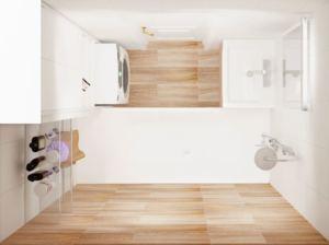 Интерьер ванной комнаты 3 кв.м в белых и древесных тонах, стиральная машинка, ванна, полки, раковина, зеркало